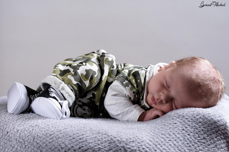 nouveau né allongé qui dort paisiblement