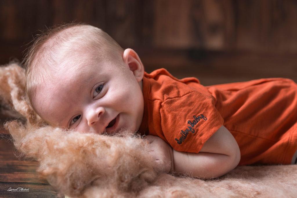 enfant allongé qui sourit