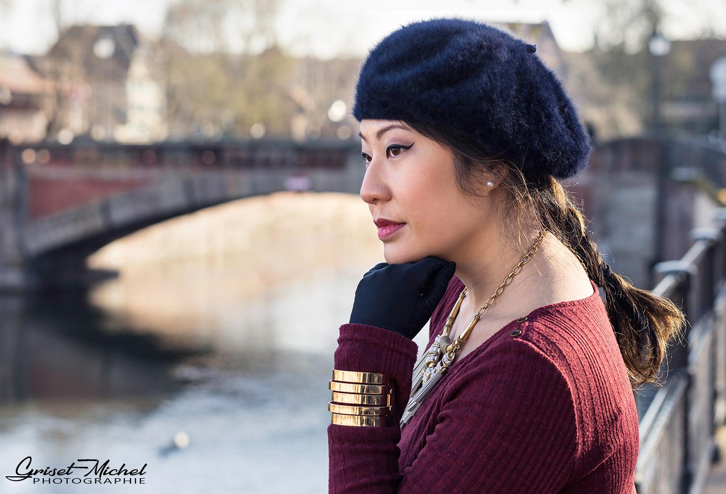 shooting sur strasbourg une femme accoudee a une barriere avec ses gants assorties au chapeau
