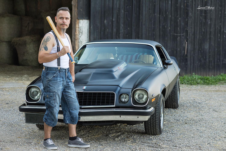 homme avec un batte de Baseball et une voiture vintage