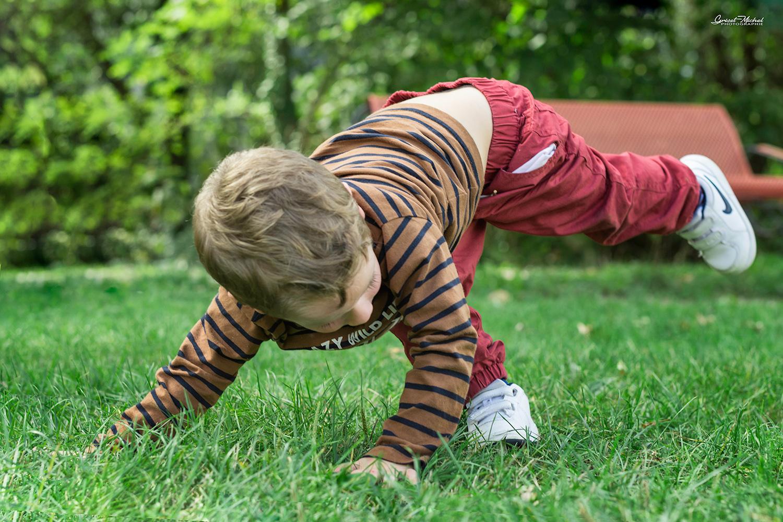 jeune garcon qui fait des acrobaties