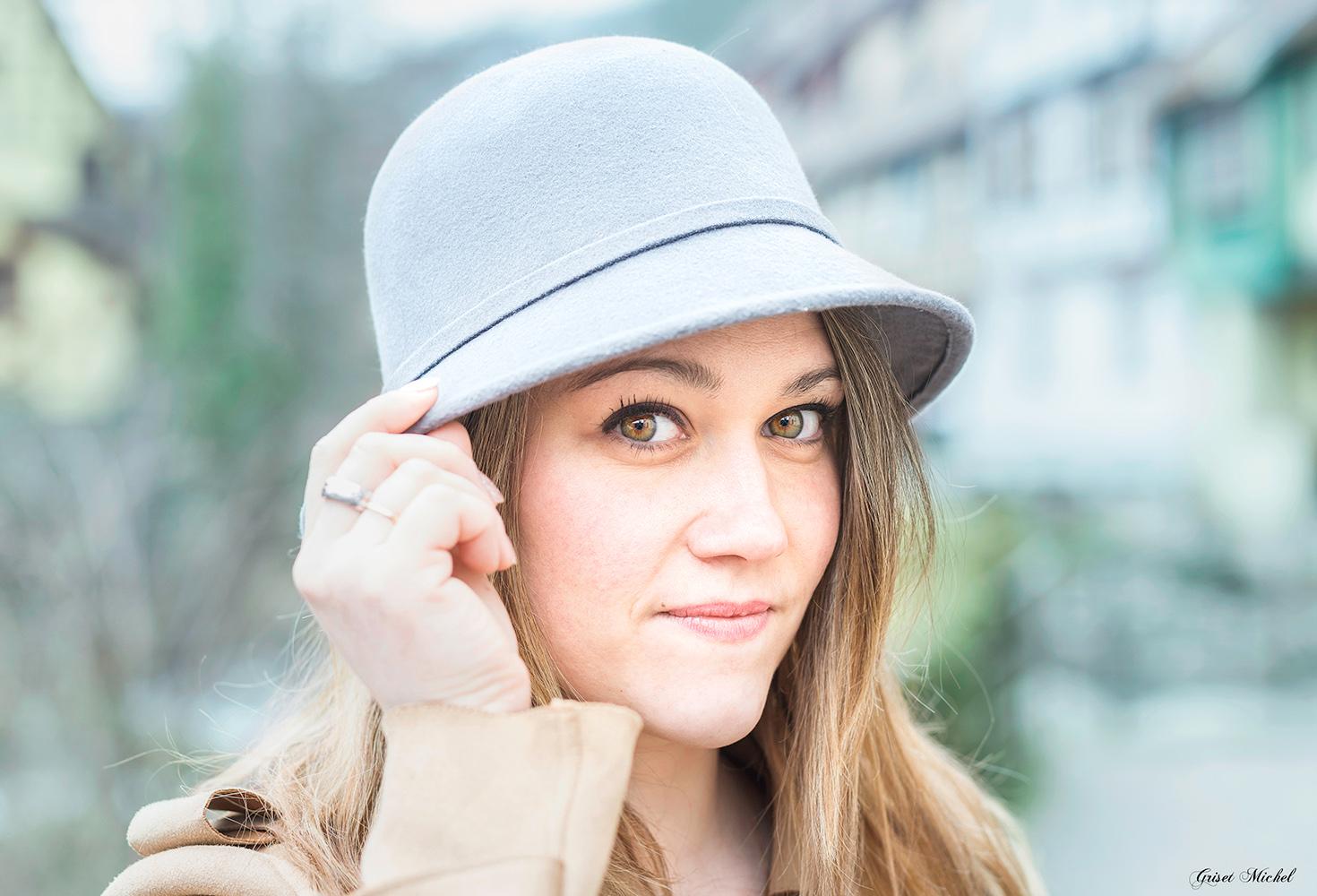 femme a selestat avec un chapeau et de très beaux yeux
