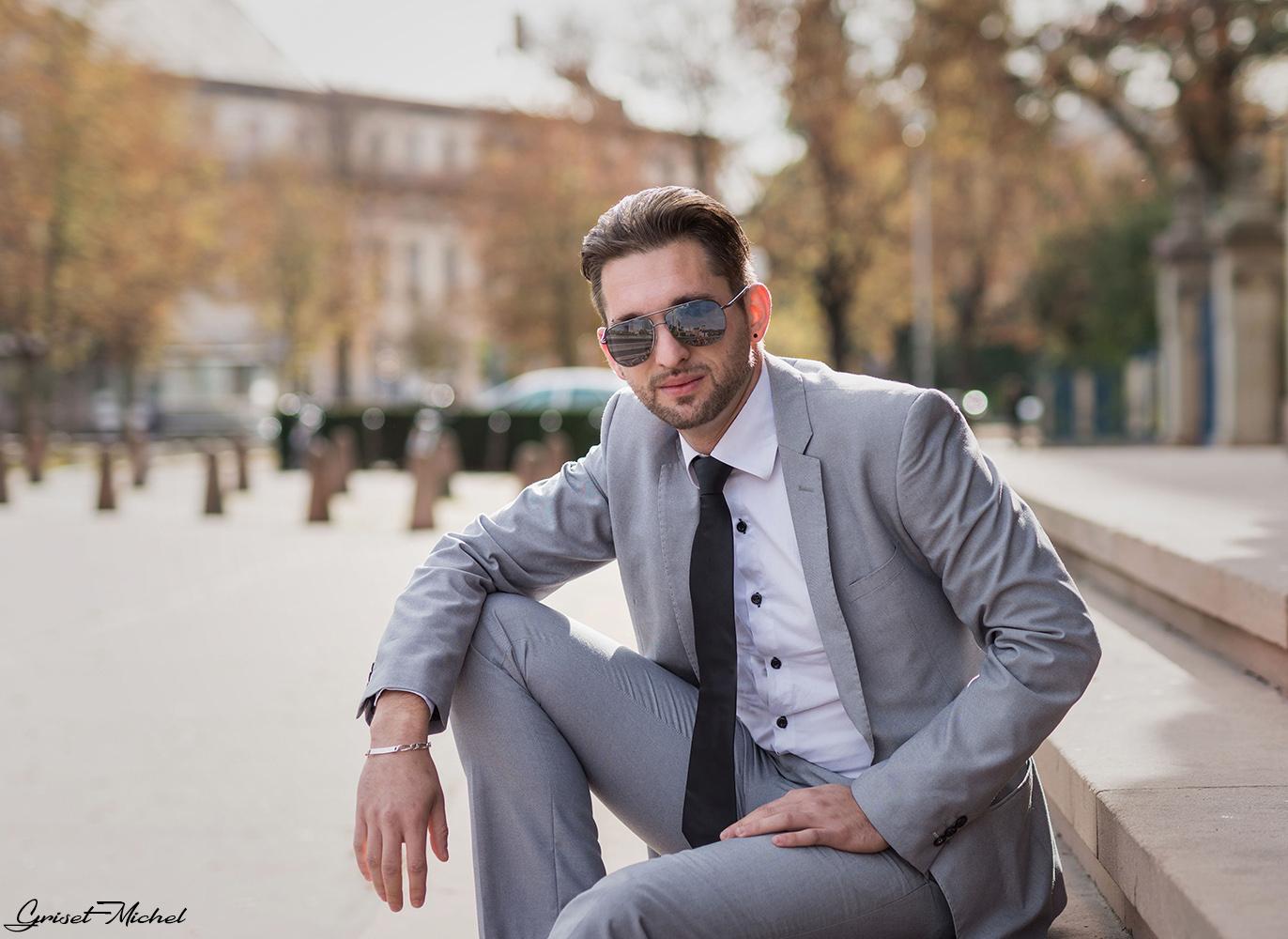 un italien en costume sur strasbourg avec des lunettes de soleil