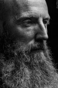 un homme barbu en noir et blanc