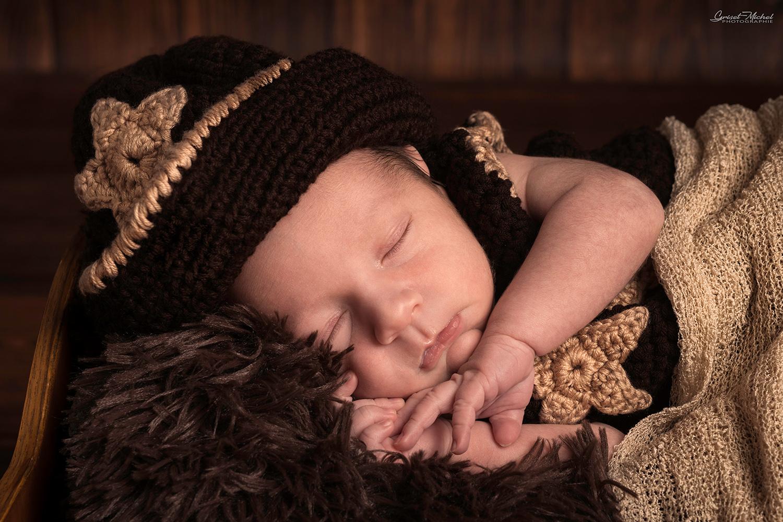 un petit garcon en cow boy n train de dormir