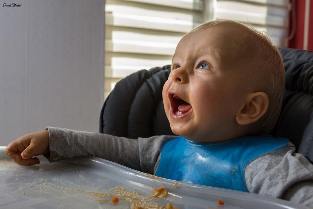 un bebe qui explose de rire pendant l'heure du repas pres de colmar