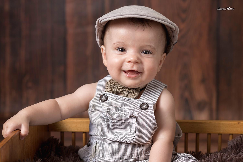 bebe garcon avec un beret et un nœud papillon style vintage studio photo a colmar