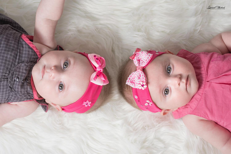 photo bebe naissance deux jumelles en rose