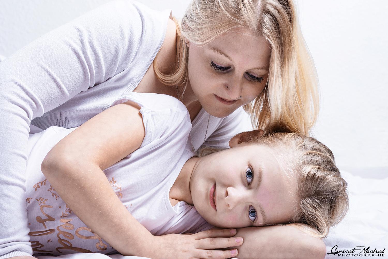 la complicite entre une mere et sa fille en studio photo