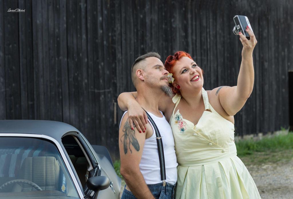 couple qui se prend en selfie la femme est une pin up