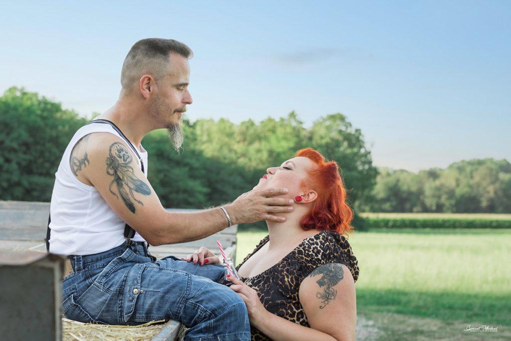 couple qui rigole ensemble près d'une grange
