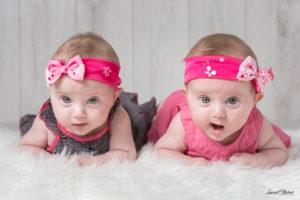 photo de bebe deux jumelles en studio photo sur selestat proche colmar