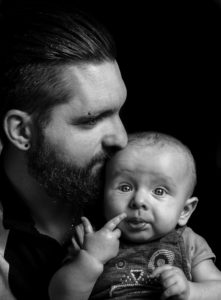 un pere qui embrasse son fils photo en noir et blanc