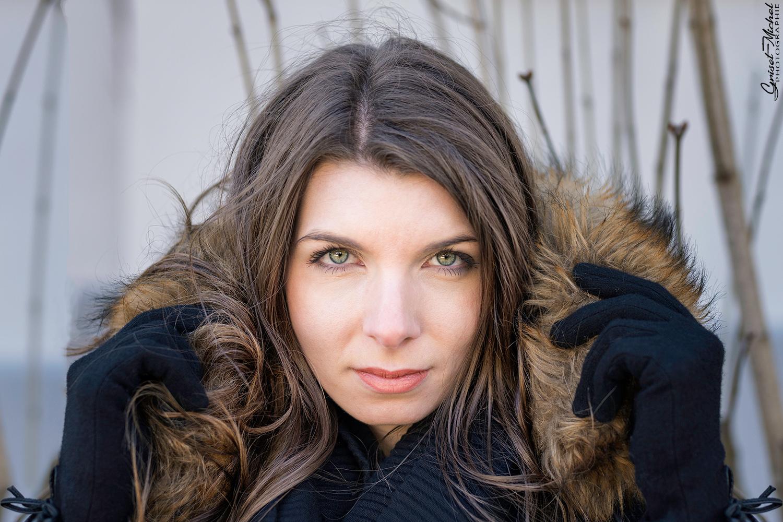 femme elegante avec des gants et une capucheet des beaux yeux verts