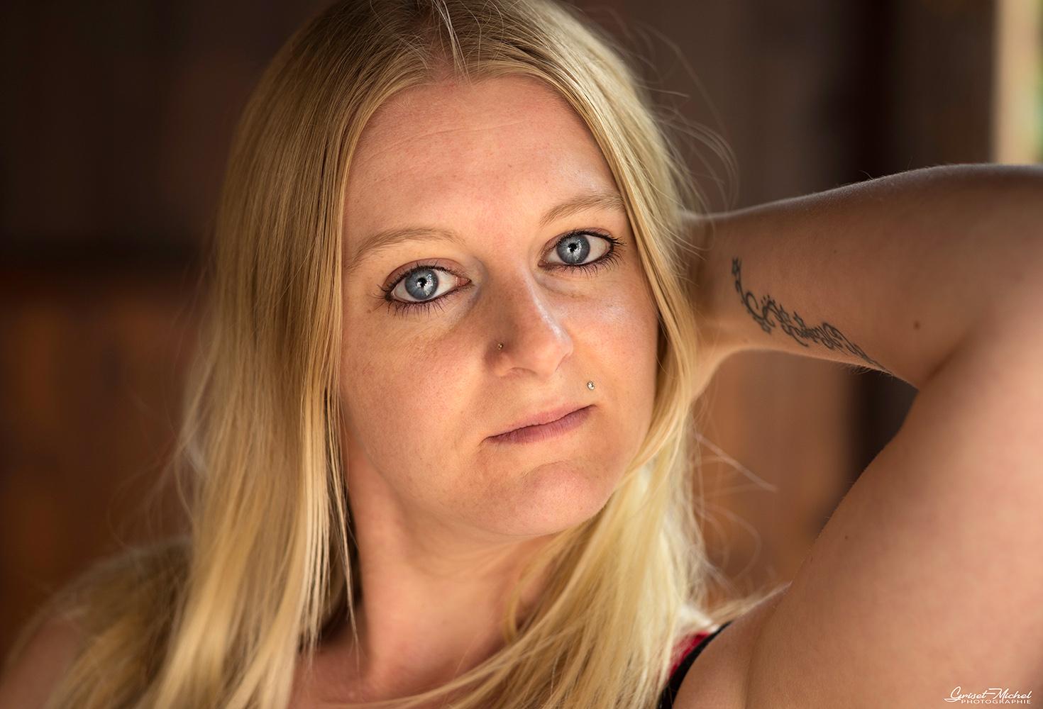shooting portrait a colmar avec une blonde aux yeux bleu