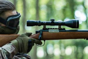 shooting airsoft avec une replique sniper de swat panda