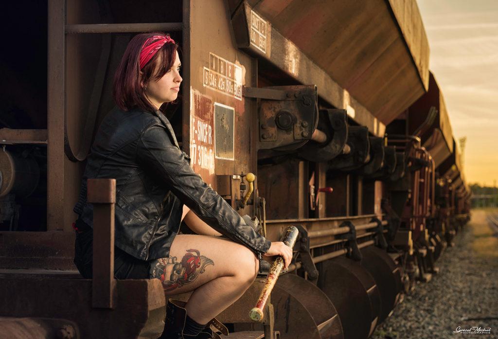 une femme assis sur un wagon au coucher du soleil