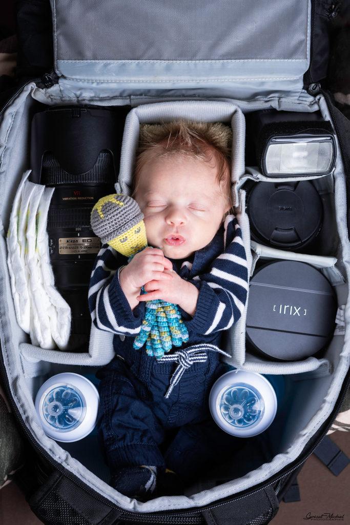 un nouveau ne dans le sac photo de son pere photographe