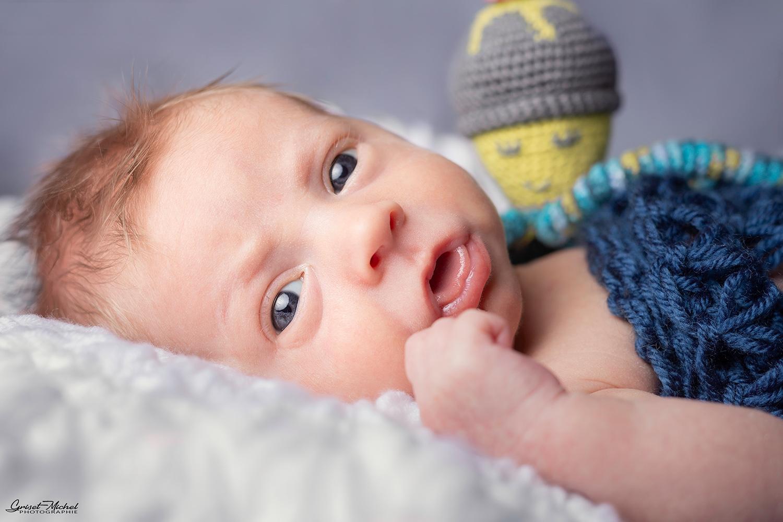 petit garcon qui viens de naitre avec son doudou de la maternite