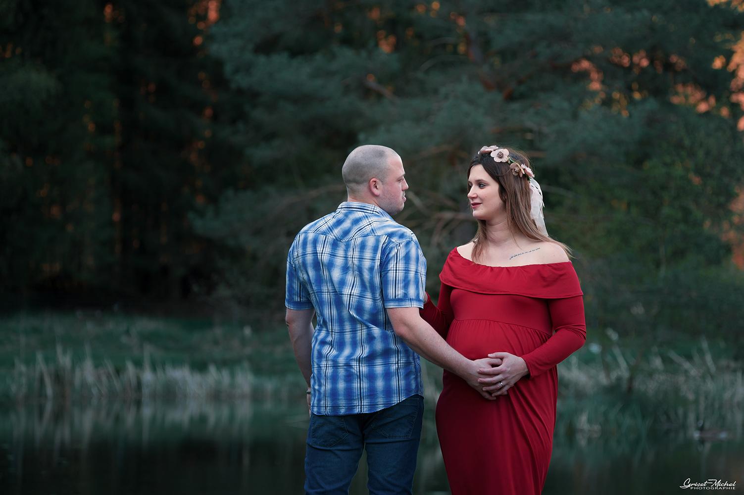 une femme enceinte regard le futur papa avec passion au bord d un etang de peche
