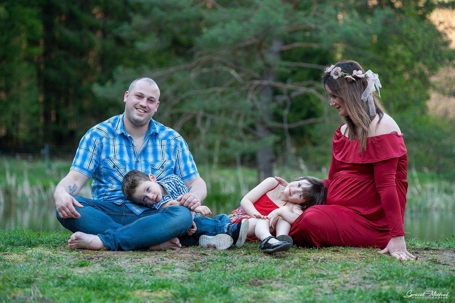 une famille tres complice passe un pur moment de bonheur