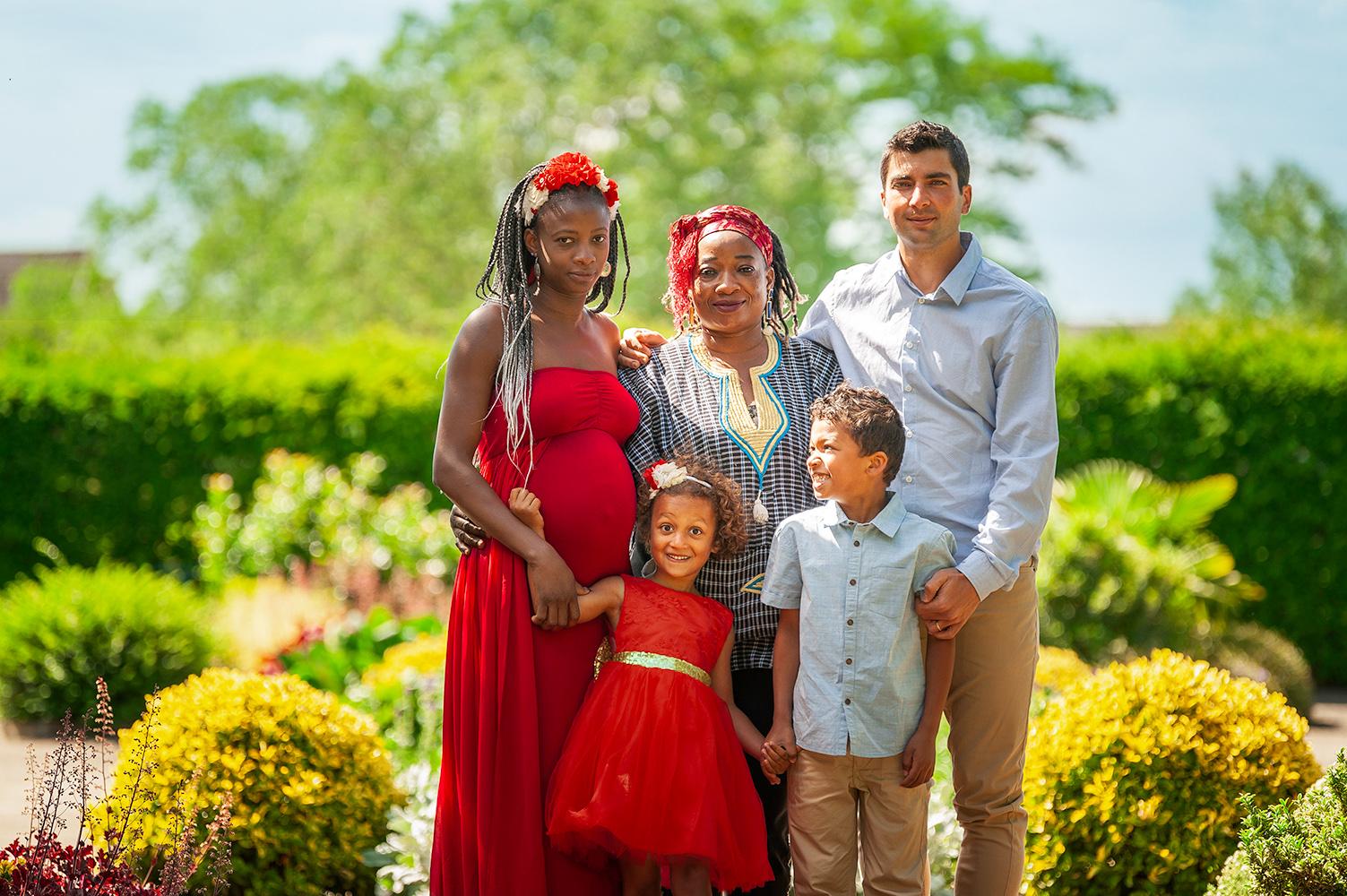 une belle famille qui pose dans un beau jardin pres de selestat