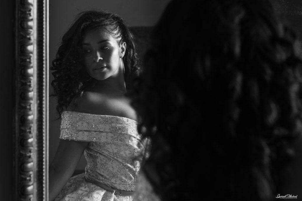 le reflet de miss prestige alsace dans un miroir noir et blanc