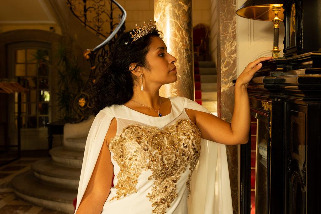 le chateau de pourtales dans la salle avec escaliers une miss prend la pose