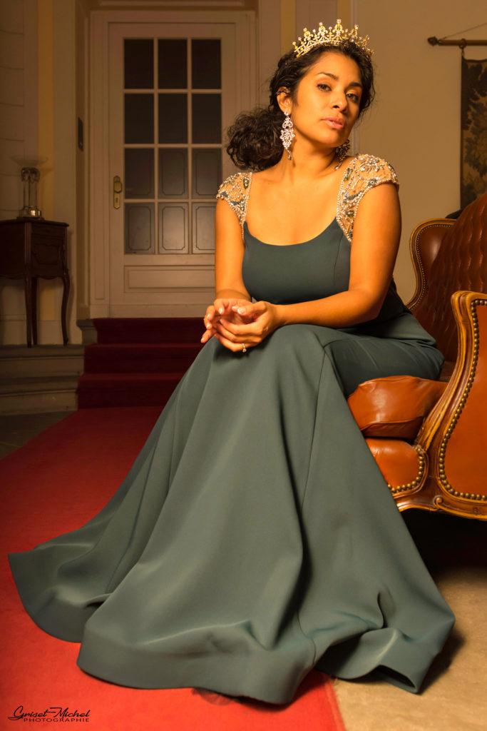 une miss avec une robe verte haute couture au chateau de pourtales