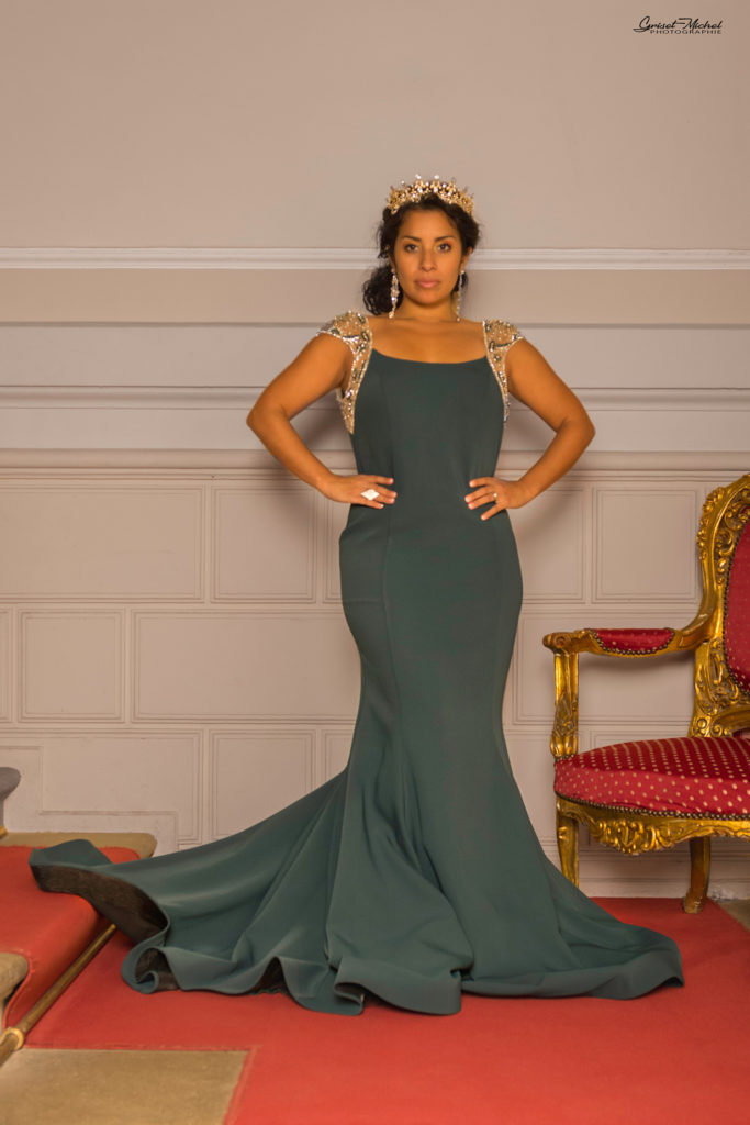 une femme avec une robe haute couture au chateau de pourtales