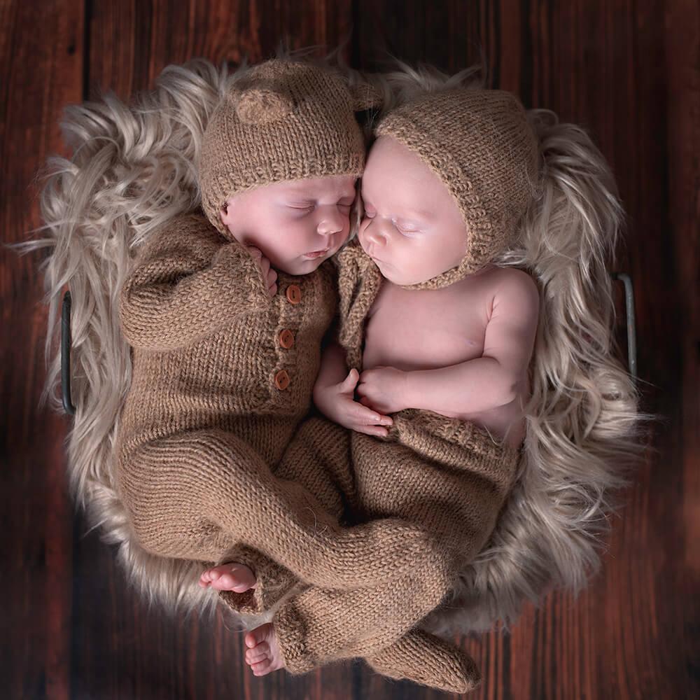 des jumeaux avec des tenues qui dorment ensemble