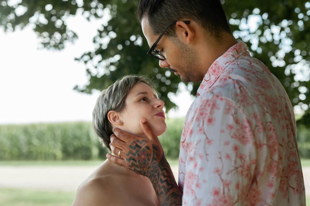 un homme met sa main sur le joue de sa femme en se regardant