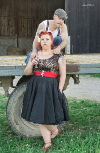 un couple homme en bretelle et femme pin up