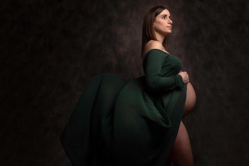 une futur maman avec une robe de grossesse qui s envole