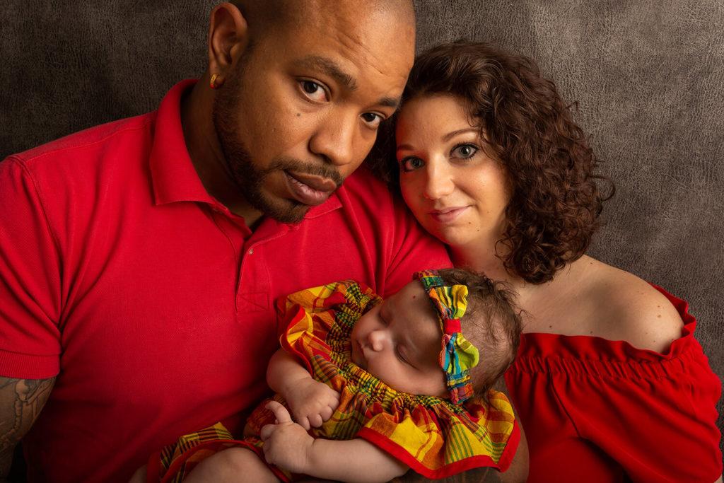 un photographe a selestat recoit une belle famille qui regarde le photographe en studio