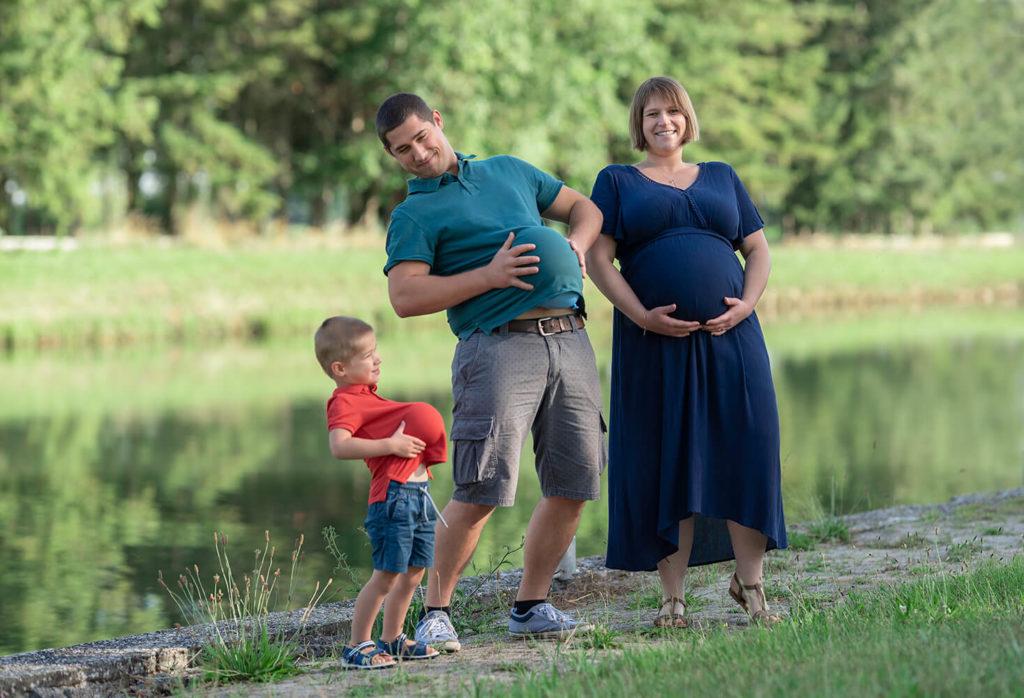 Seance grossesse le pere et le fils ont mis un ballon sous leur polo pour avir le meme ventre que la future maman