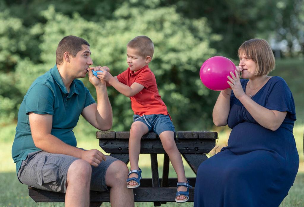 Seance grossesse les parents gonfles des ballons pour annoncer que le futur bebe sera une fille