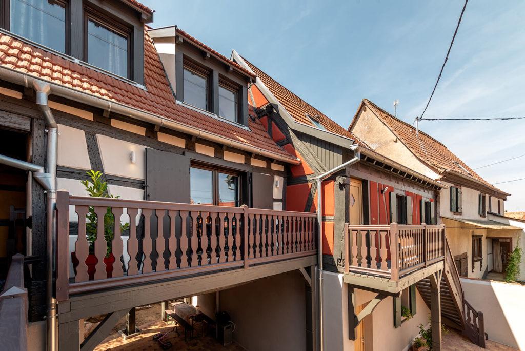 vu sur le terasse d un gite avec belle facade alsacienne photo immobiliere