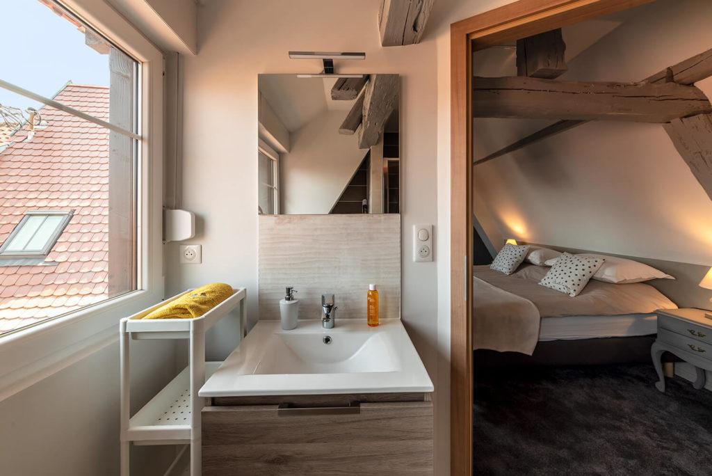 vu de la salle de bain avec vu direct sur la chambre d un gite photo immobiliere