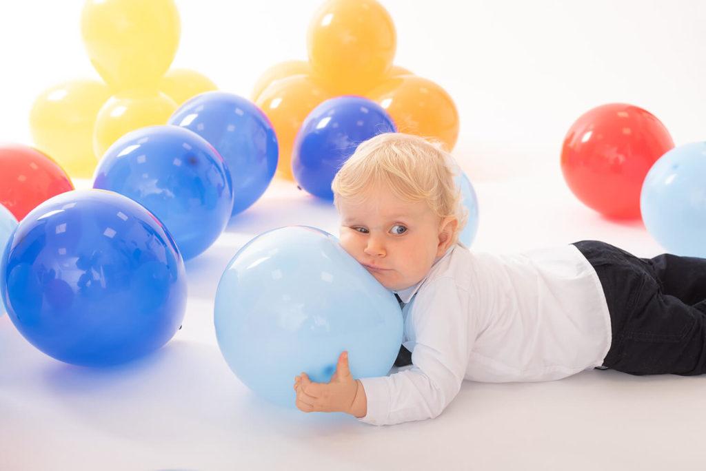 un bebe joue avec des ballons gonflables en studio dans le bas rhin