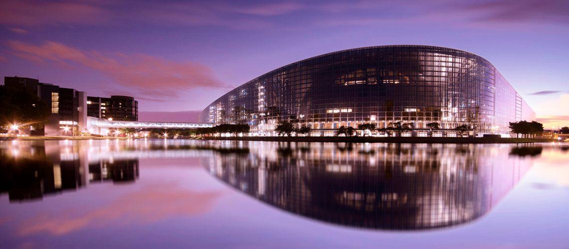 un coucher du soleil au parlement europeen a strasbourg